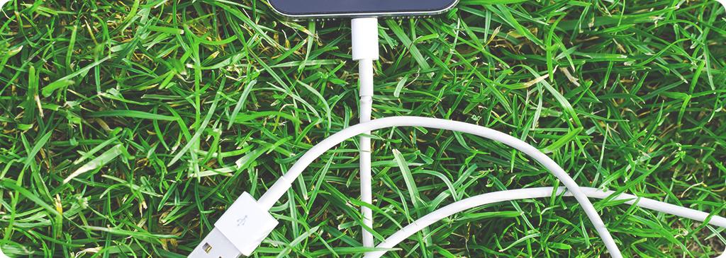 kabel ładowania na trawie