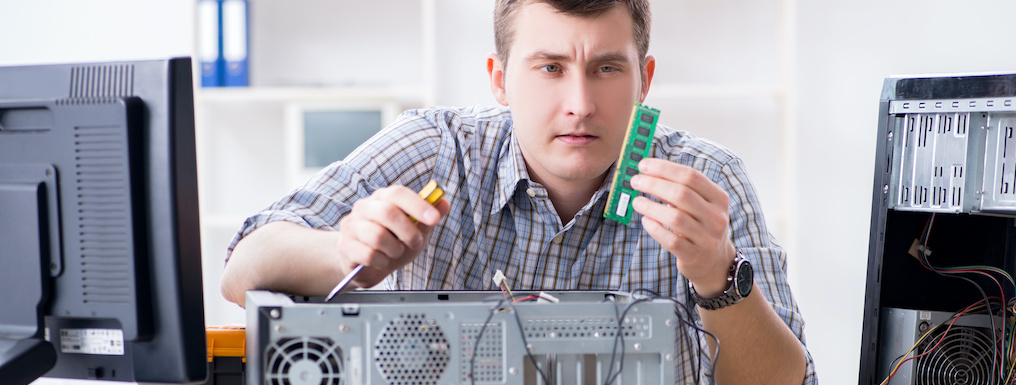 mężczyzna naprawiając komputee