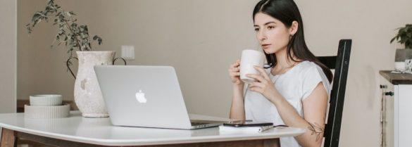 Dziewczyna pijąca kawę przy laptopie