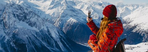 Dziewczyna w górach zimą