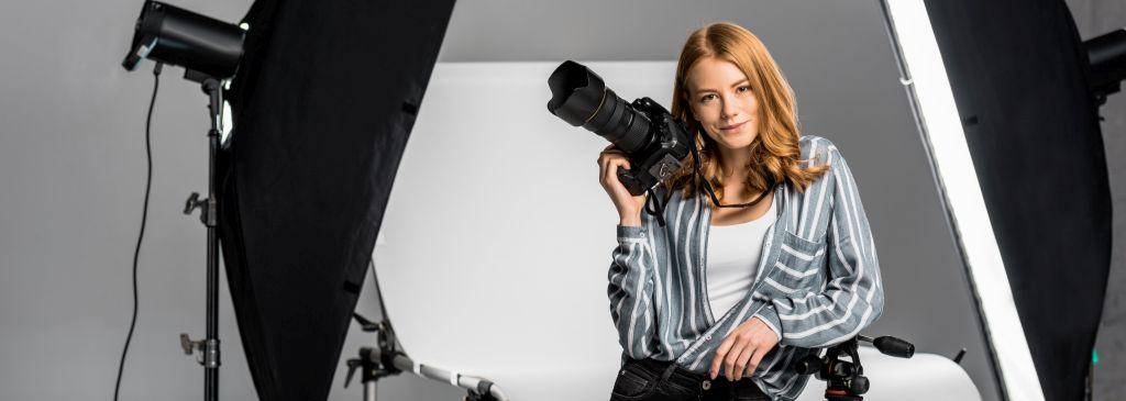 kobieta fotograf wstudiu