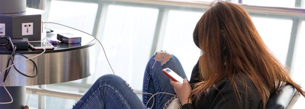 dziewczyna ładująca telefon