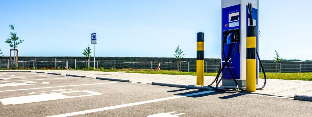 stacja ładowania samochodów elektrycznych naparkingu