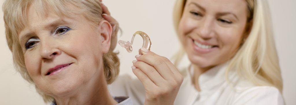 kobieta z aparatem słuchowym