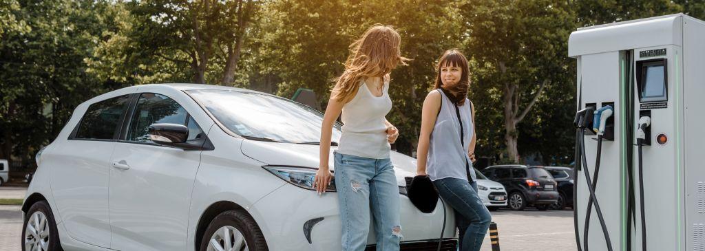 samochód elektryczny i dwie kobiety