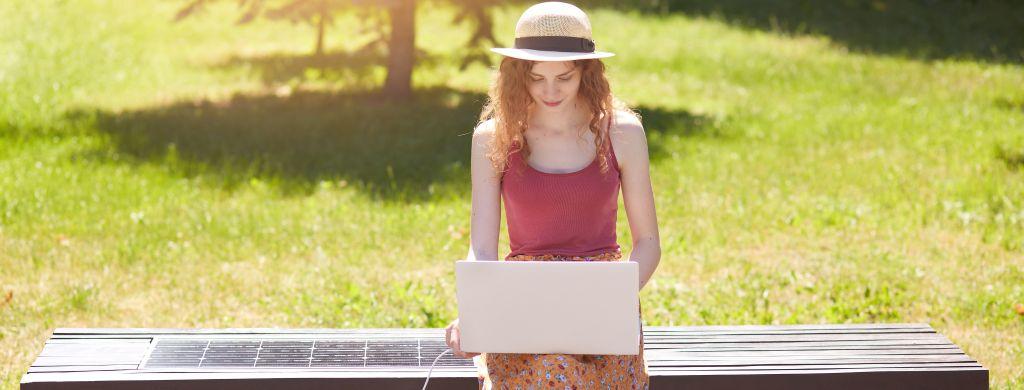 kobieta ładująca laptopa