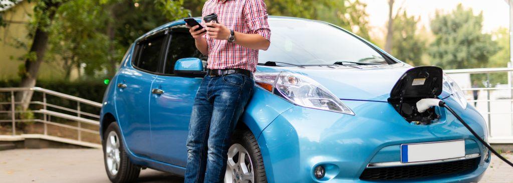 mężczyzna ładujący samochód elektryczny