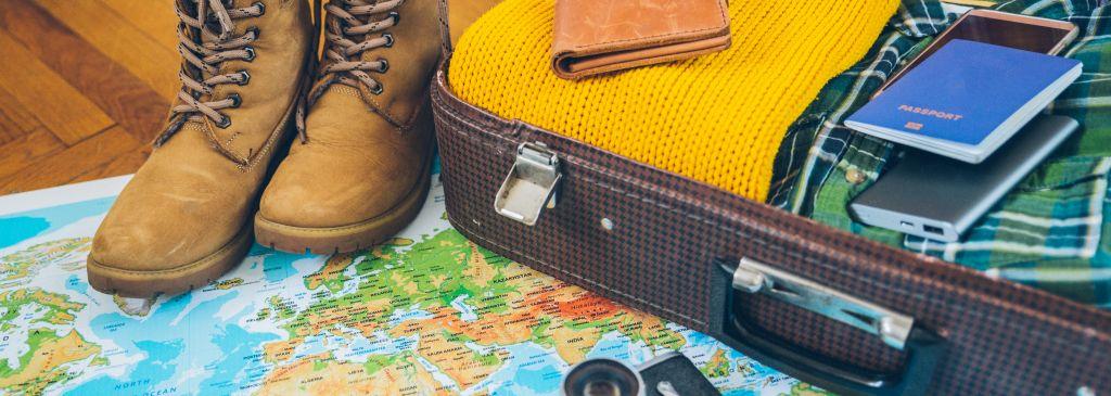 powerbank w walizce na podróż