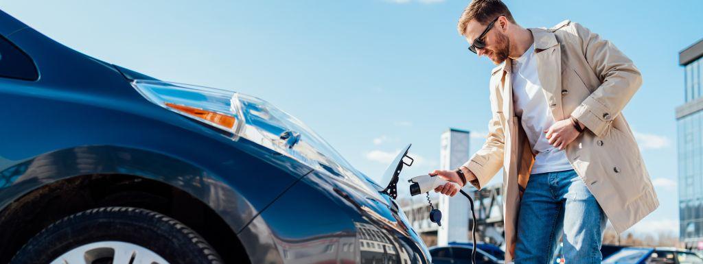 mężczyzna przy samochodzie elektrycznym