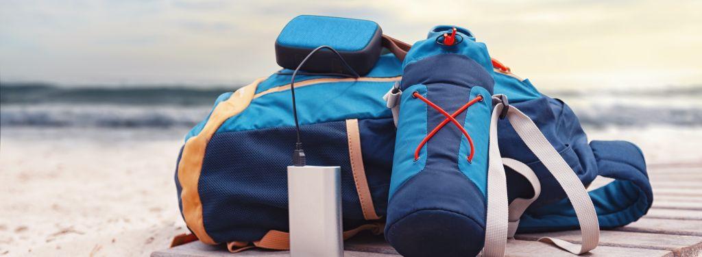 powerbank naplaży przy plecaku