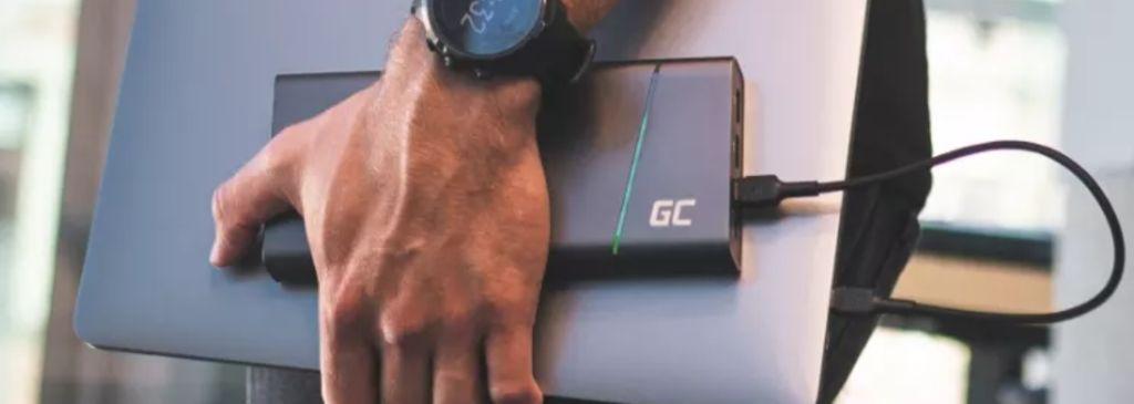 laptop ładowany zapomocą powerbanka