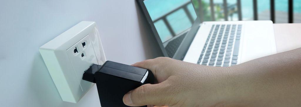 ładowarka laptopa podłączona dogniazdka